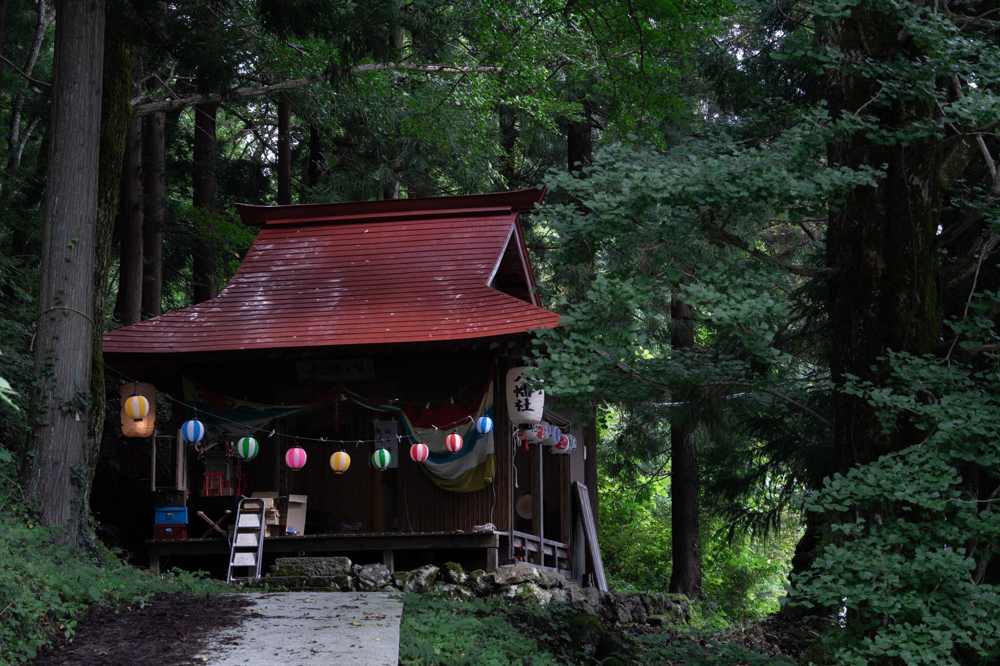 森の中にひっそりと佇む八幡社