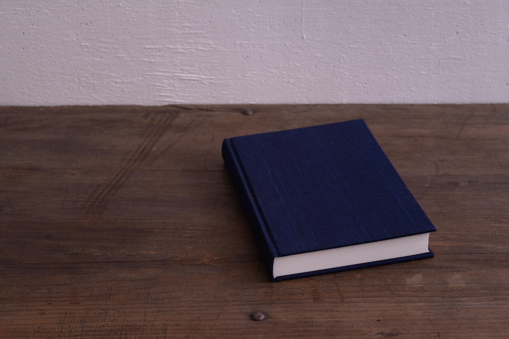 松阪木綿の大変美しい正藍染の装丁。10年間使うのに相応しいしっかりとした装丁と飽きの来ないデザインの10年日記帳「日事記」。