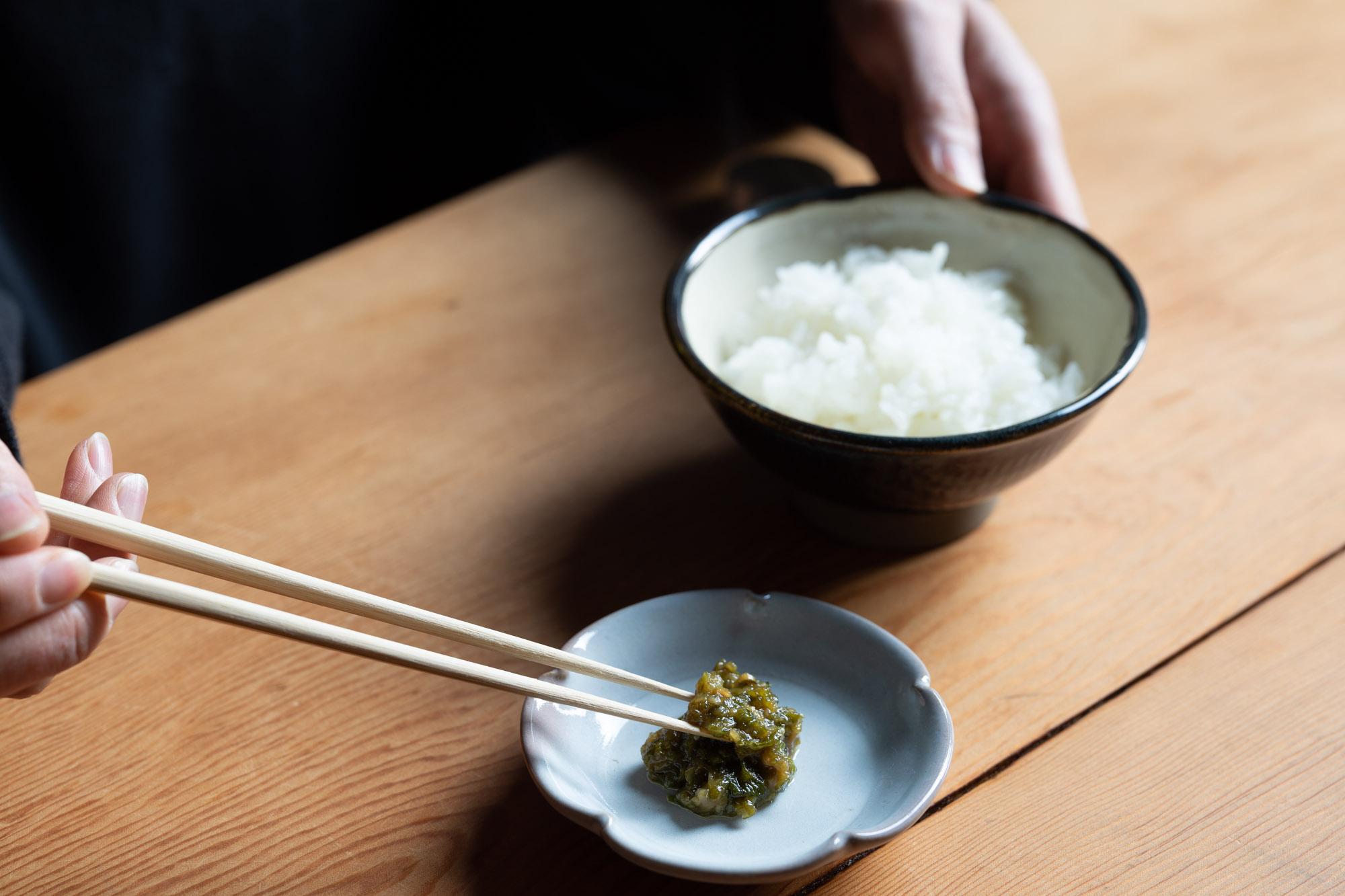 器に盛ったふき味噌と白いご飯。