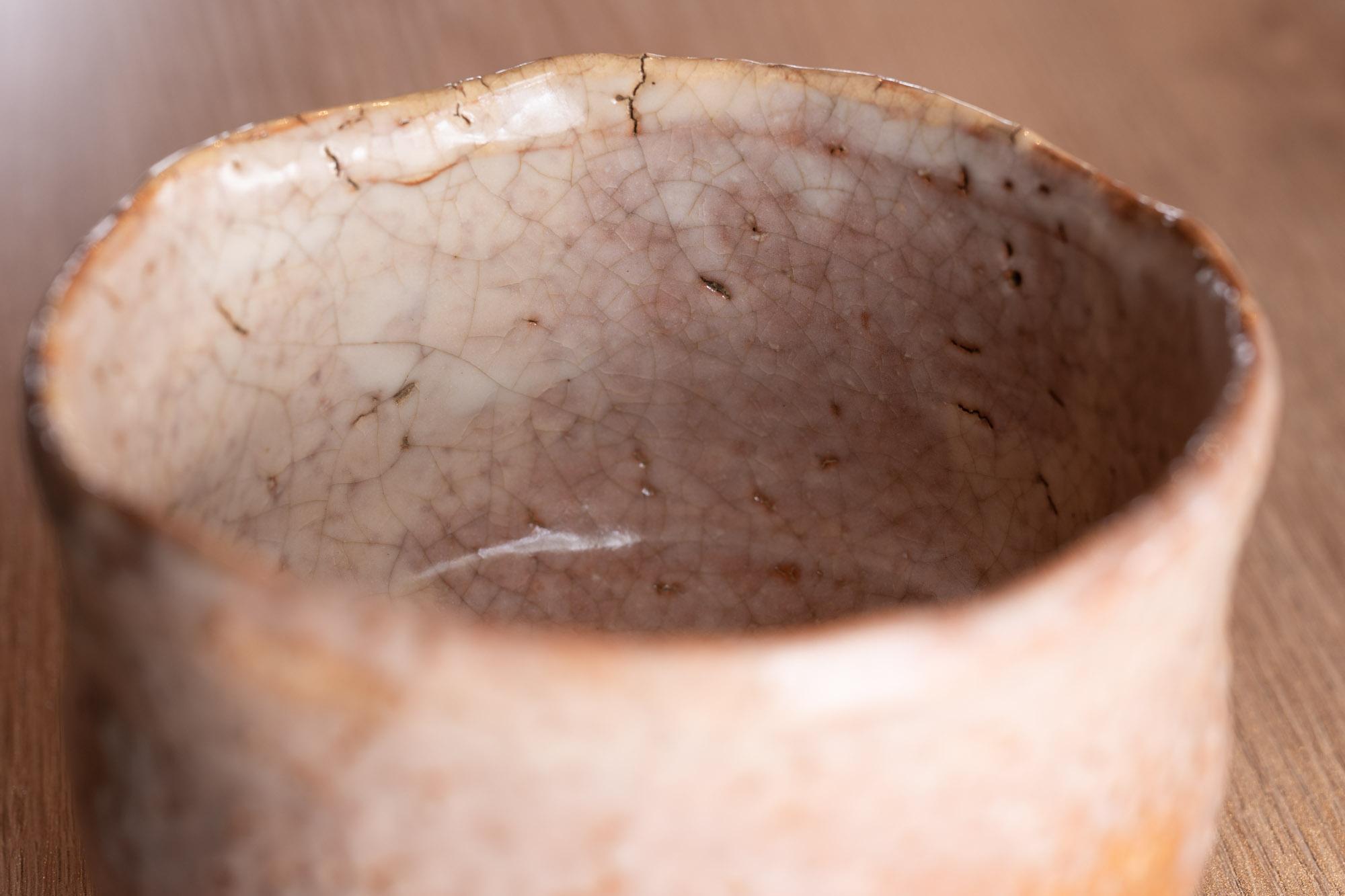 萩のお茶碗。貫入にお茶が染みることで器が変化していく様を昔から茶人は愉しんでいました。